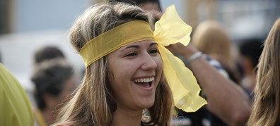 20130912235952-muchacha-con-cinta-amarilla.jpg